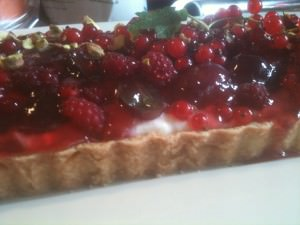 Kage med sommerens frugt