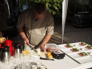 Erik Storgaard anretter brunch til gæsterne i haven