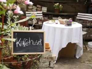Lise hygger i have ruinen med lækker kage og friskristet kaffe